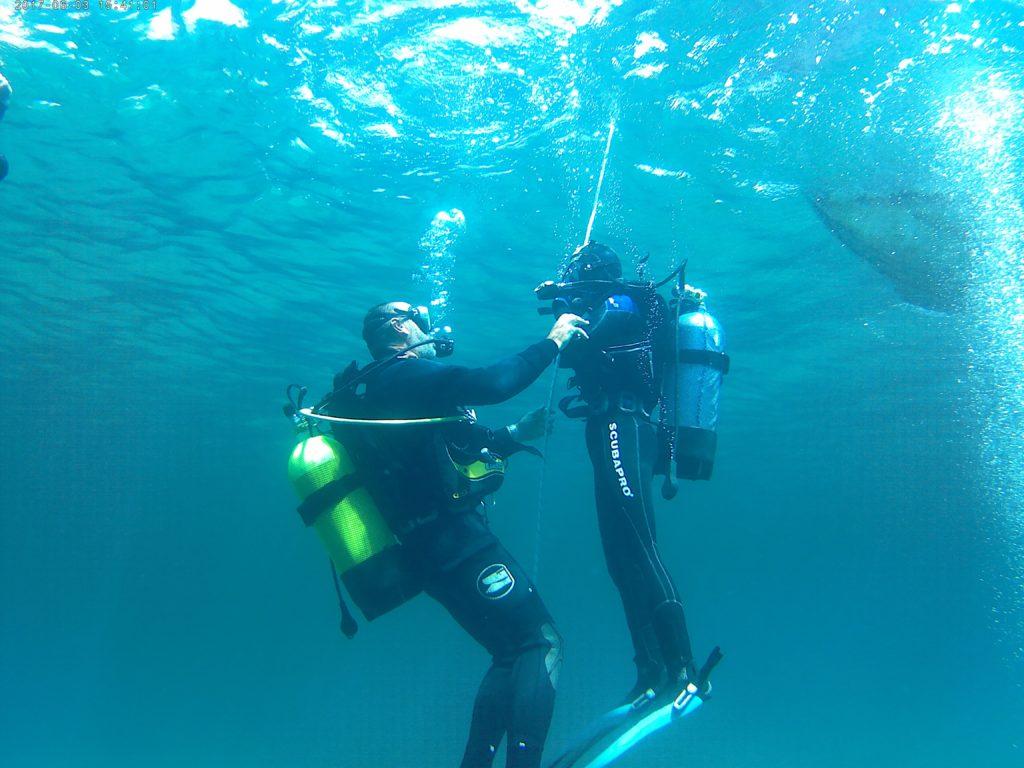 Immersione da gommone con istruttori subacquei